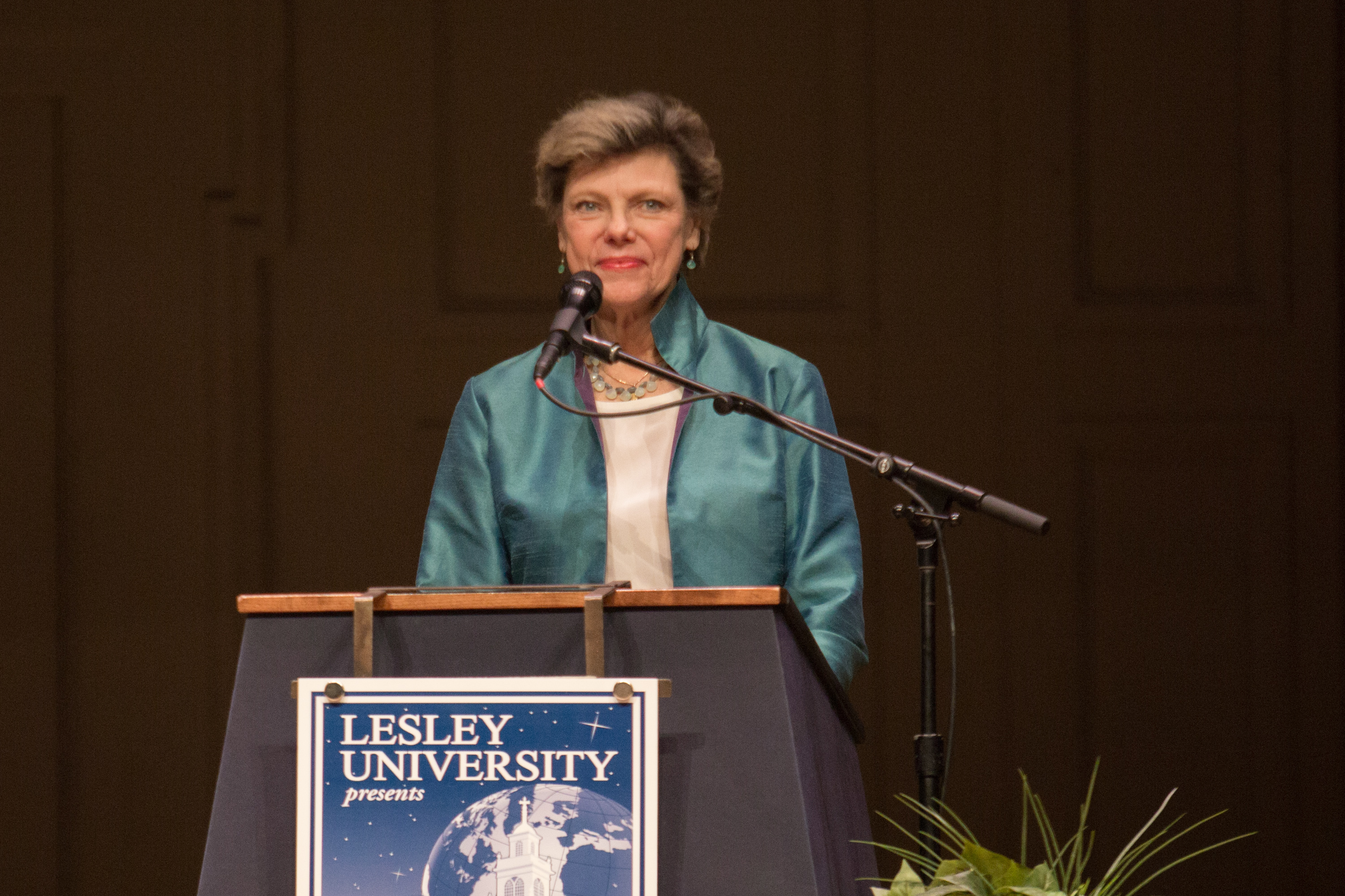 Cokie Roberts stands on stage behind the podium.
