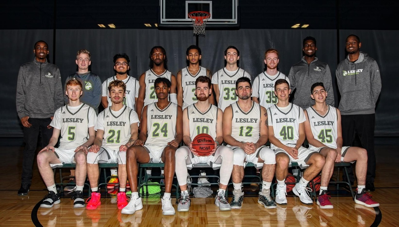 Team photo of the 2018 men's basketball team with players lined up in uniforms