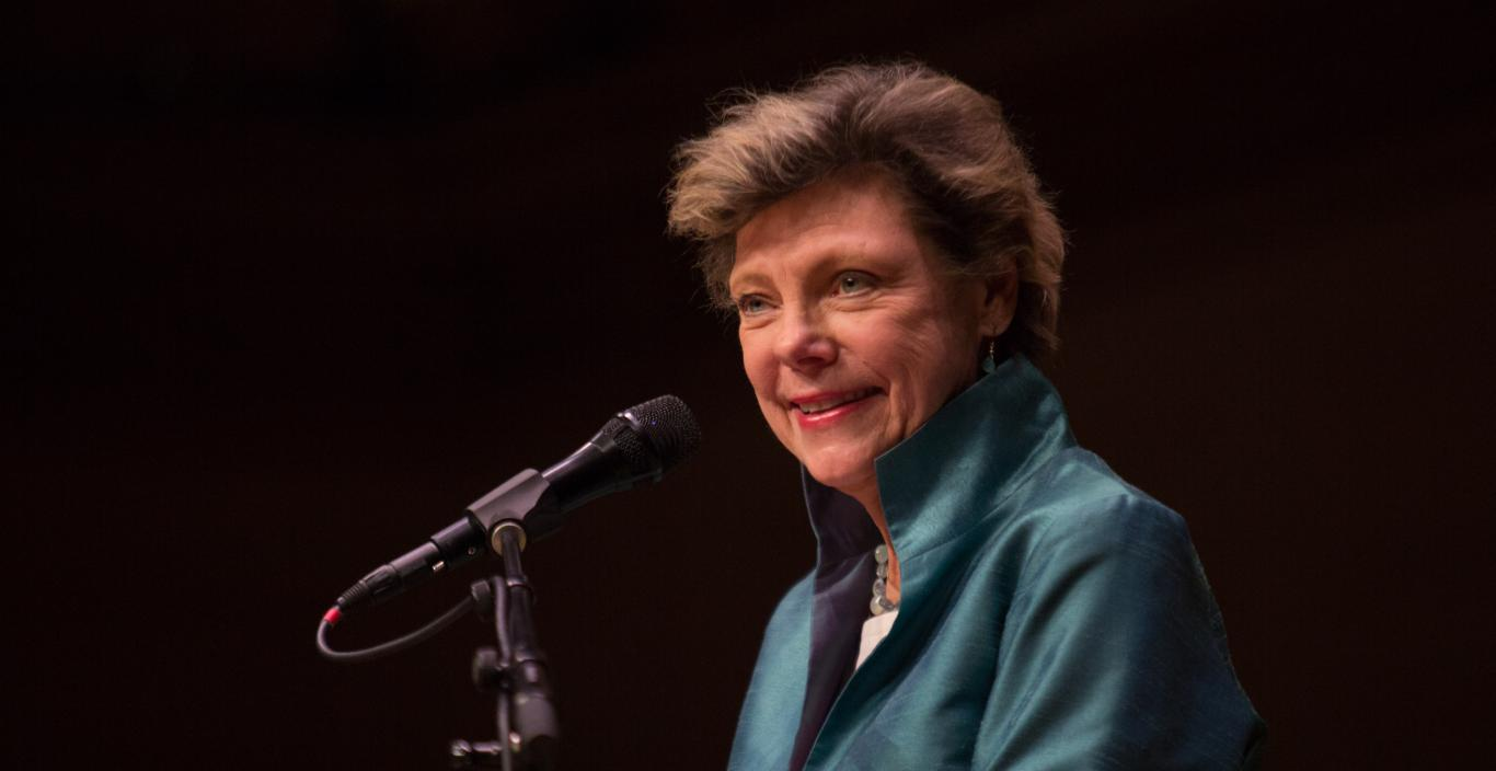 Cokie Roberts speaks at the podium.